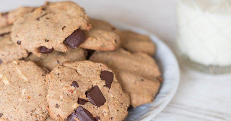 Glutenfreie Teff-Cookies mit Schokosplitter und Macadamia – nur mit Datteln gesüßt